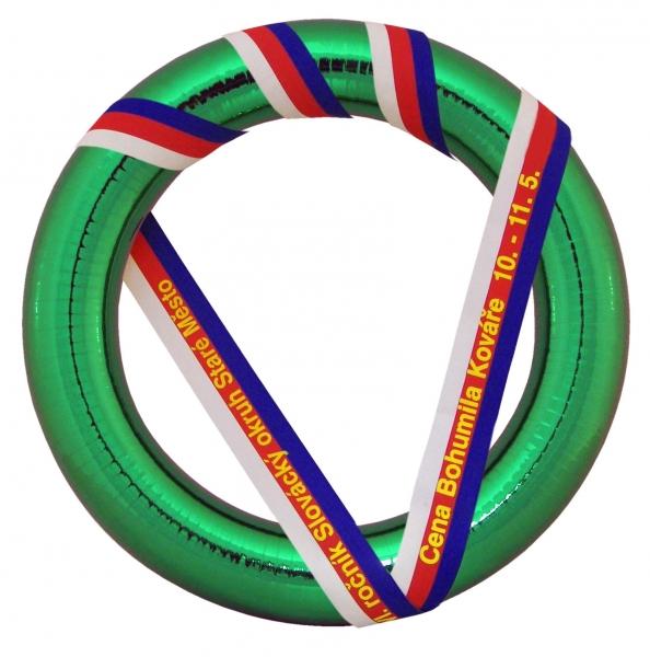 Věnec pro motoristické soutěže s polystyrenovým korpusem o průměru 50 cm. Barva zelená.